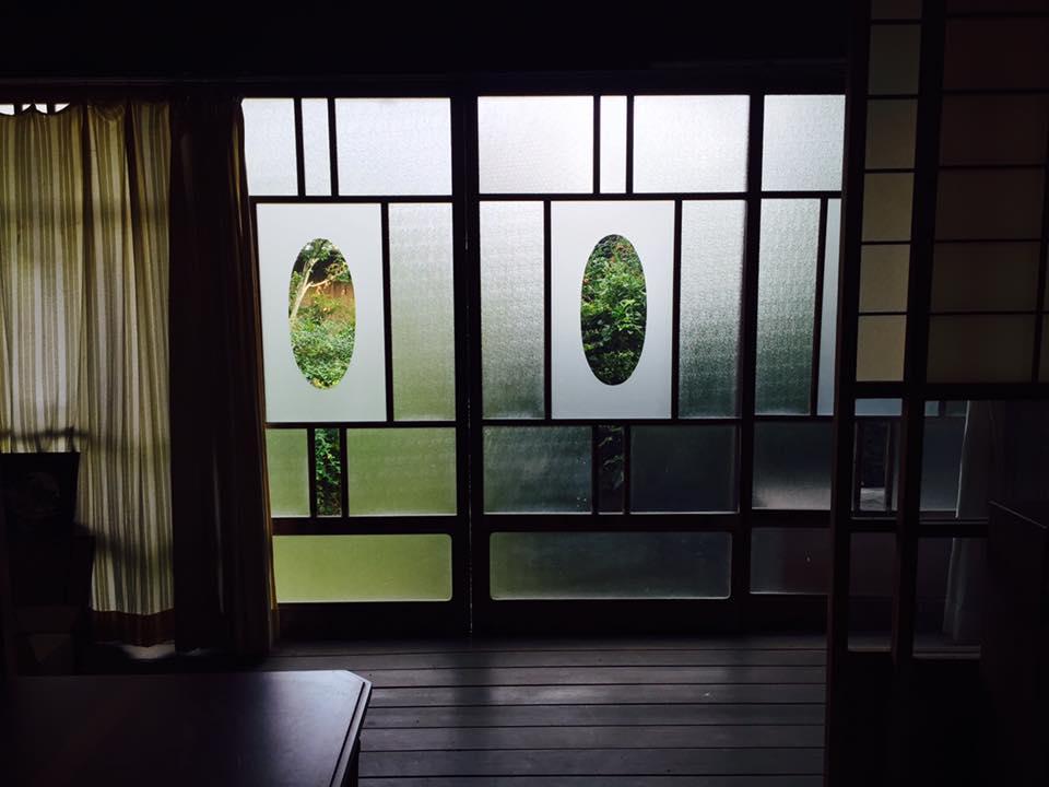 母屋の縁側の窓がいい感じ